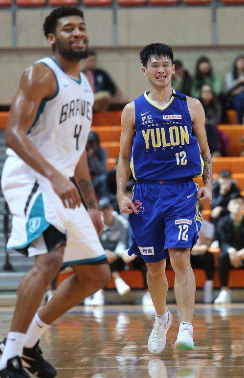 裕隆隊胡凱翔(右)飆進生涯新高31分。圖/中華籃球協會提供