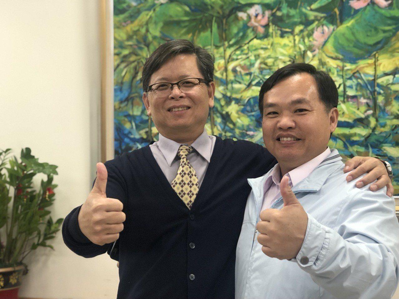 嘉義市垂楊國小校長周孟志(左)、博愛國小校長張英裕同樣出身雲林縣水林鄉,兩人的父...