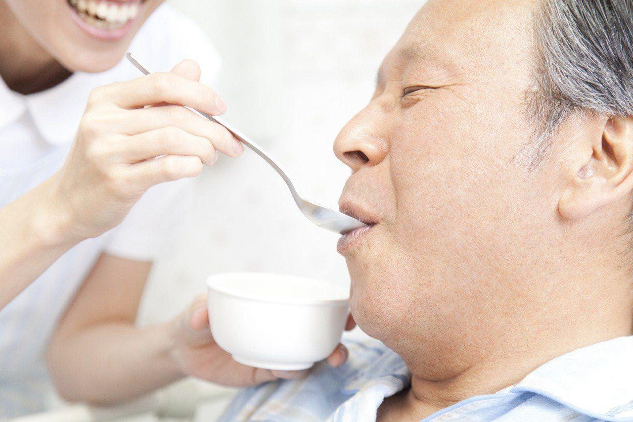 若長者喝水、進餐時因嗆咳引發吸入性肺炎,嚴重時可能危及性命。 圖╱123RF