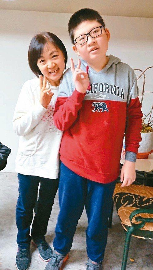 小胖威利病友蘇亦禾(右)昨和媽媽一同出席協會活動,蘇媽媽鼓勵其他家長帶著孩子走出...