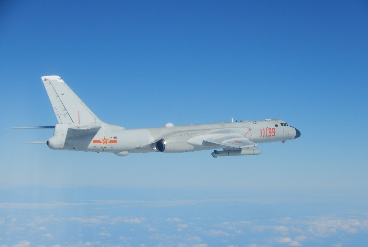 去年12月18日,中共轟六轟炸機進行遠海長航,由我空軍戰機所拍下的照片。 圖/國...