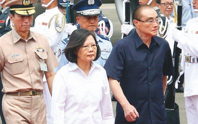 蔡英文總統(中)與前國防部長馮世寬(右)。 圖/聯合報系資料照片