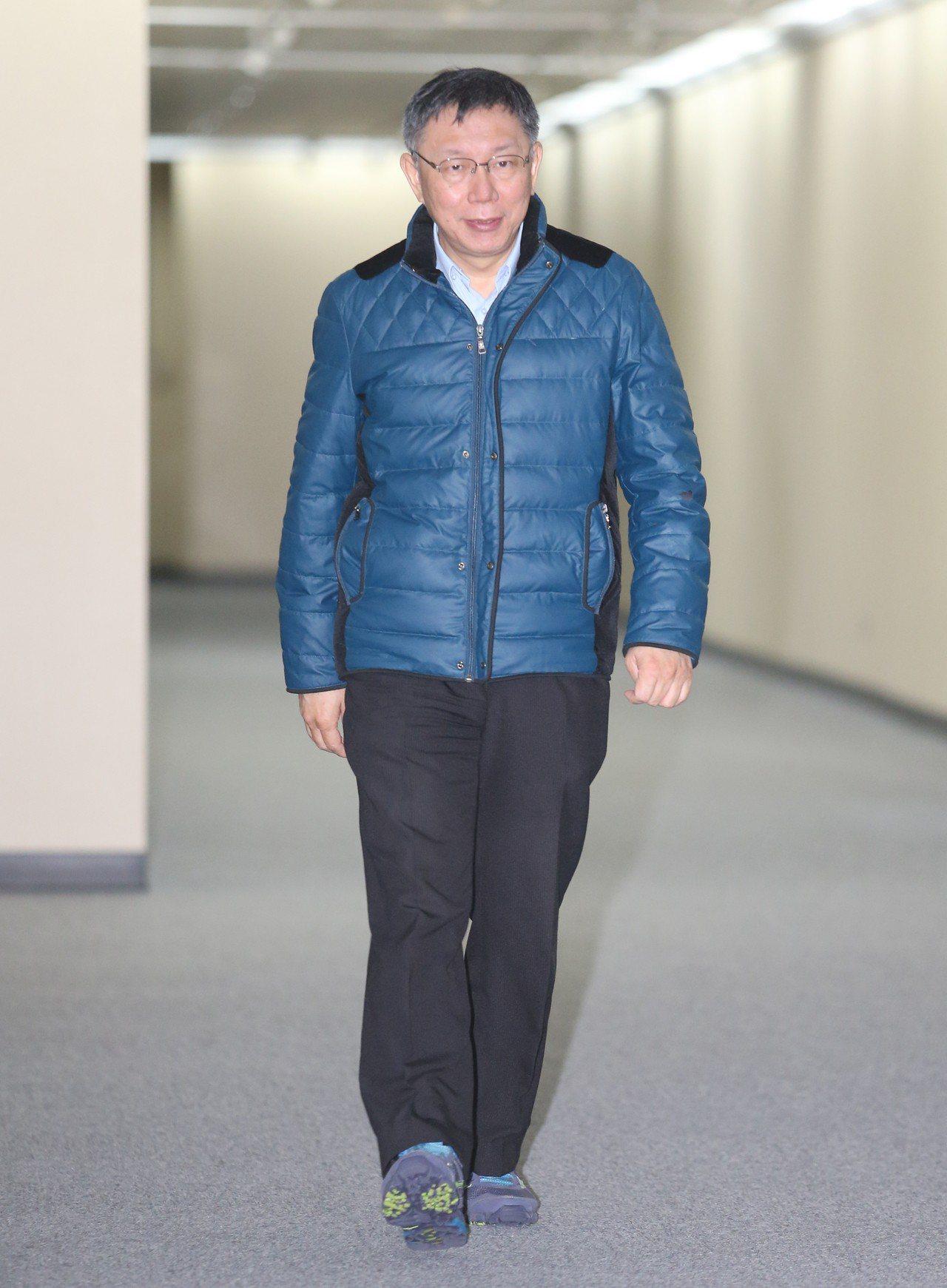 台北市長柯文哲上午面對媒體記者,針對立委補選敗選受訪。記者許正宏/攝影