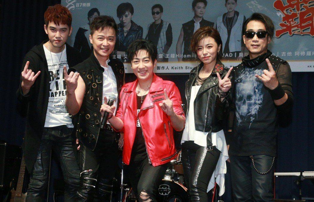 艾成(中)、王瞳(右二)、何豪傑(左二)、阿修羅(右一)與樂咖(左一)合組「87