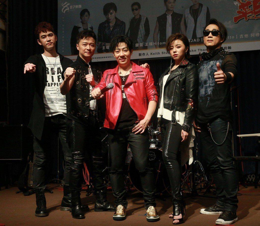 艾成(中)、王瞳(右二)、何豪傑(左二)、阿修羅(右一)與樂咖(左一)合組「87...
