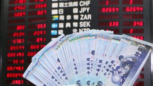 銀行推外幣高利定存,鼓勵客戶分批逢低布局。 報系資料照