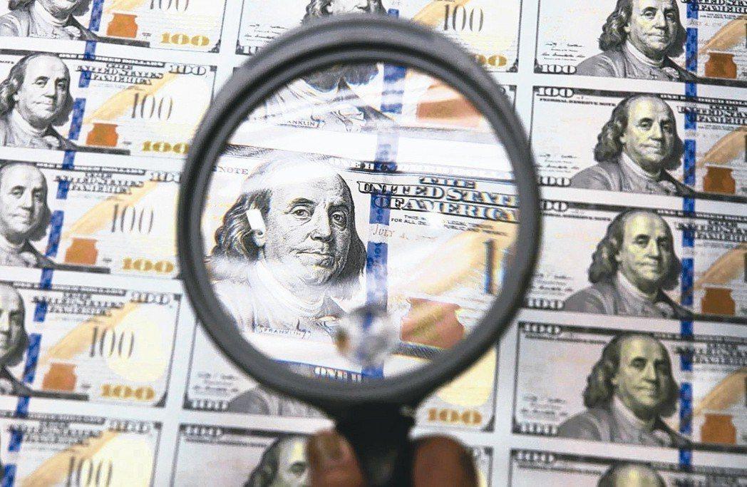 凱基銀行推出「智慧鎖利基金」投資商品,建議小資族可善用「母子基金投資法」來進行紀...