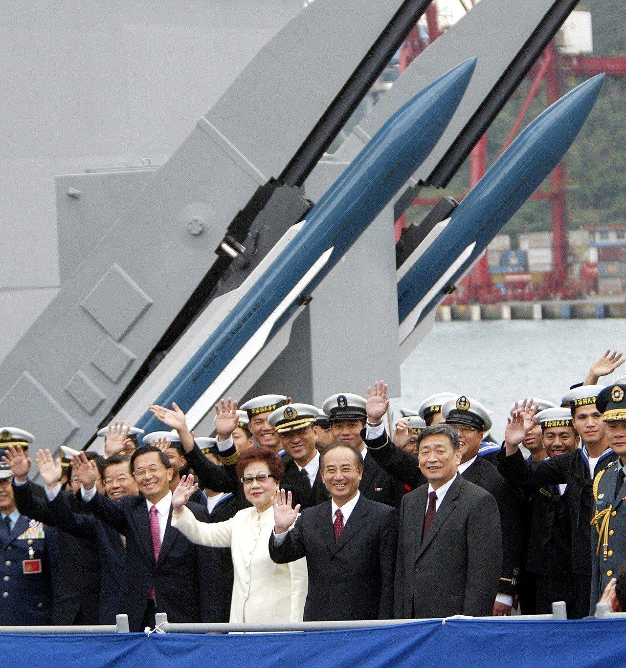 前總統陳水扁(右4)也曾因點名共軍飛彈數量,而引發中共逮補台商。 圖/聯合報系資...