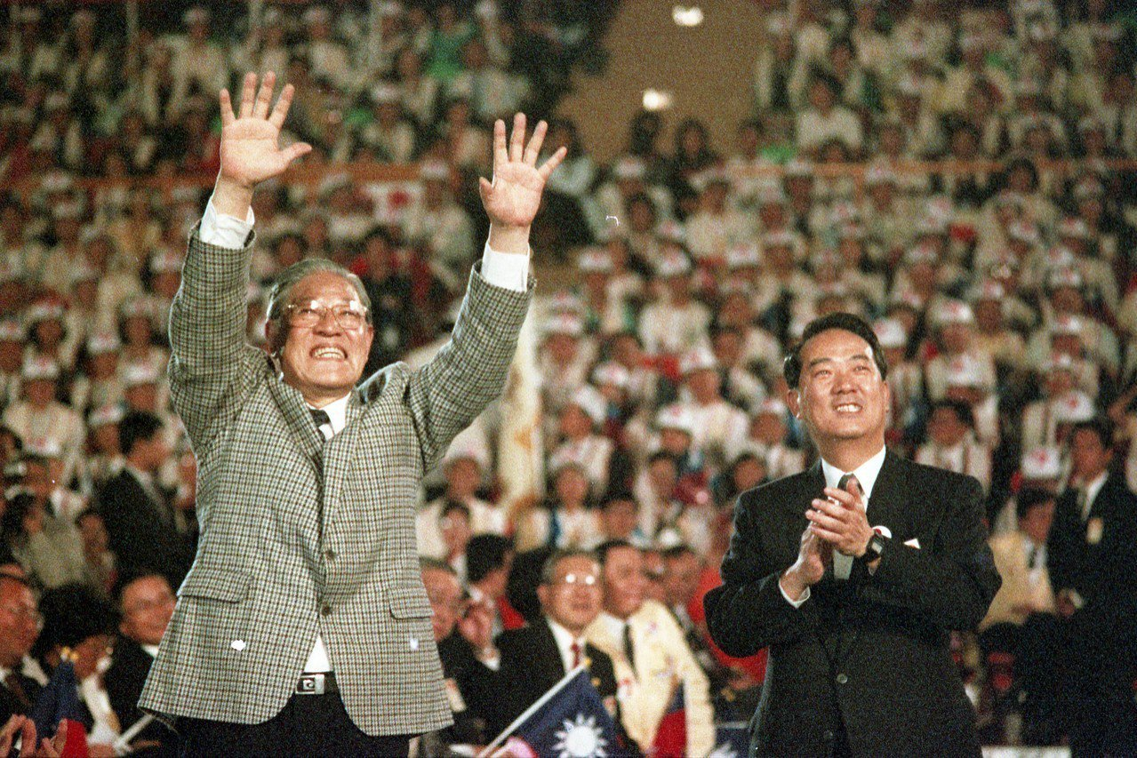 李登輝在1996總統大選期間,反嗆共軍「啞巴彈」,讓對岸展開報復;但親李人士認為...