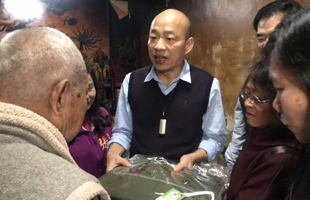 高雄市長韓國瑜(中)日前悄悄送年菜給獨居老人,避免打擾他們。藍營人士形容韓重義氣...