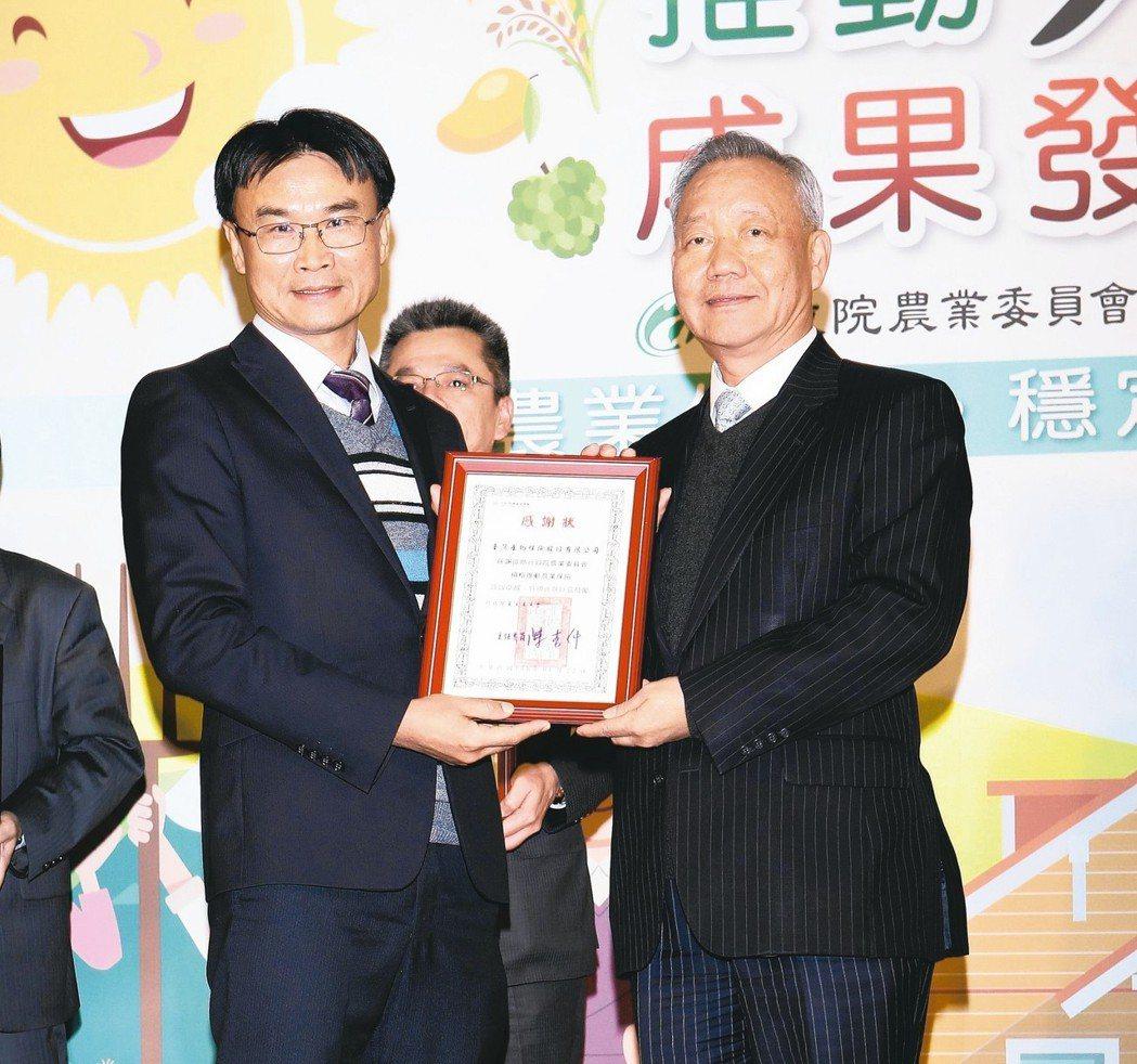 臺灣產物保險總經理宋道平(右)代表接受農委會主委陳吉仲頒發感謝狀。 臺產/提供