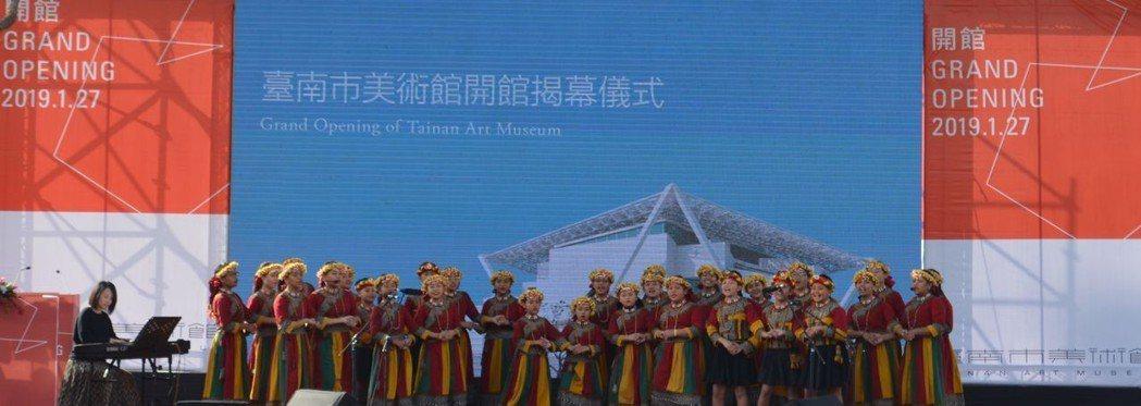 原住民希望兒童合唱團擔任南美館開館表演。  陳慧明 攝影