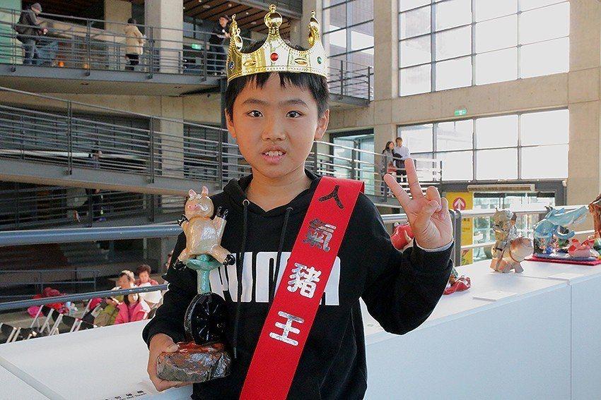 臺中市福民國小5年級賴鈺承以《豬立輪》一舉登上人氣豬王的寶座,作品和取名都非常吸...