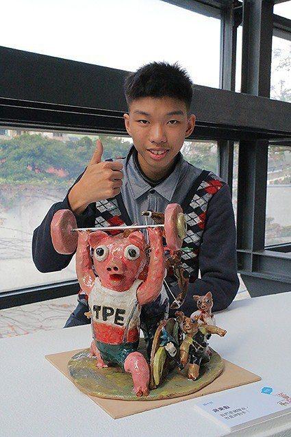 新北市中和國中9年級的蔣秉叡喜歡搭時事創作,今年以《我們是豬隊友,也是神對手!》...