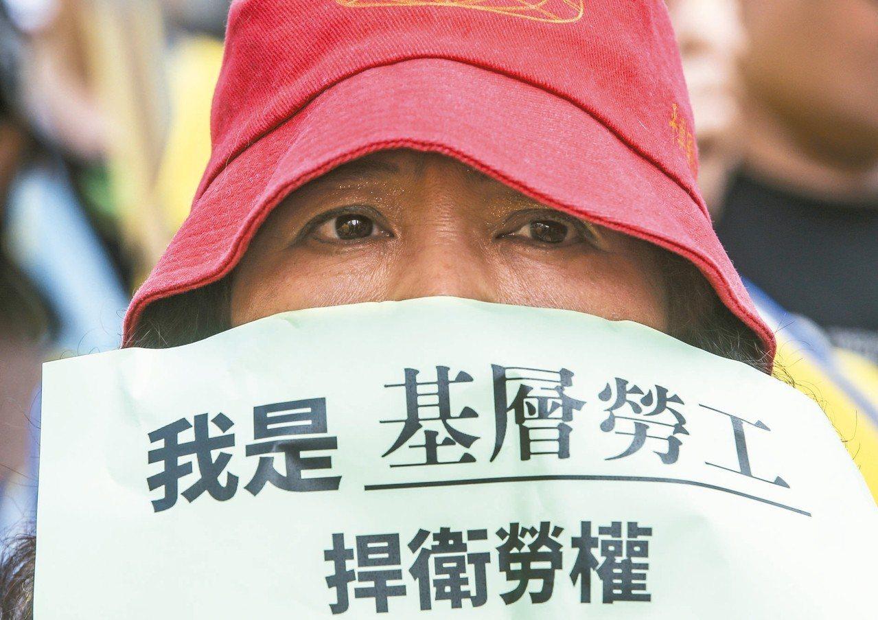 勞工若遇公司倒閉,拿不到工資、,可以先向勞保局申請工資墊償度過難關。 圖/聯合報...