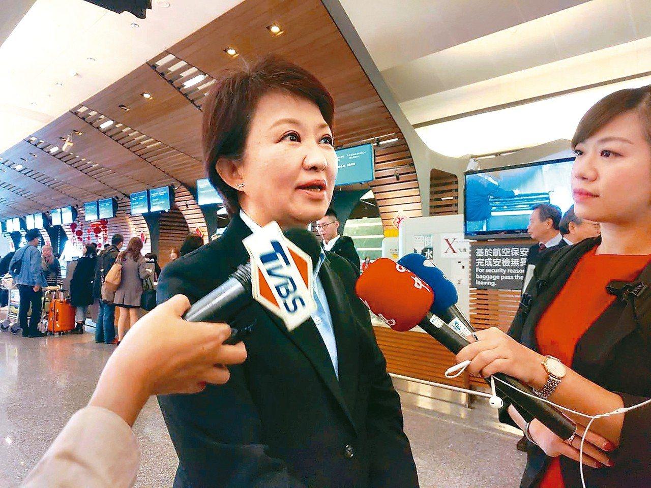 台中市長盧秀燕(左)上任後首度出訪香港,她今早搭機前往,晚上回台中,一日來回拚經...