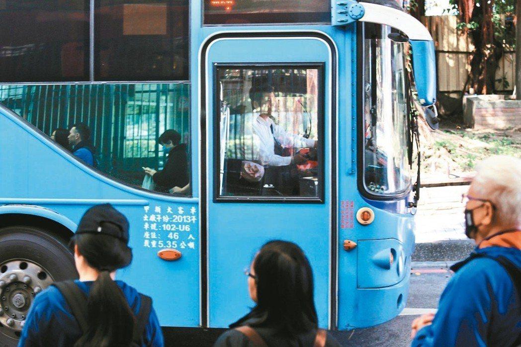 春節要解決九天疏運並防範駕駛過勞,勞動部已公告客運業未來國定假日鬆綁七休一。公路...
