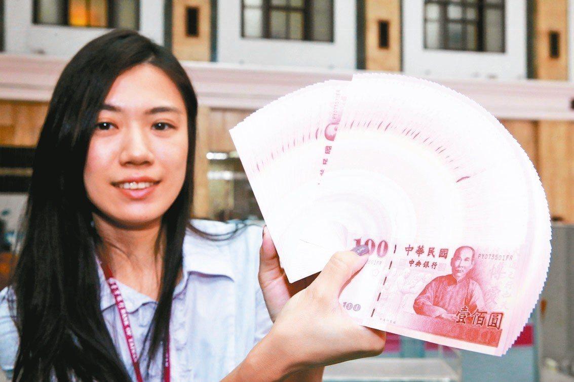 春節將至,為了方便民眾用新鈔票包紅包,沾喜氣,台灣銀行等八大金融機構今天起開放民...
