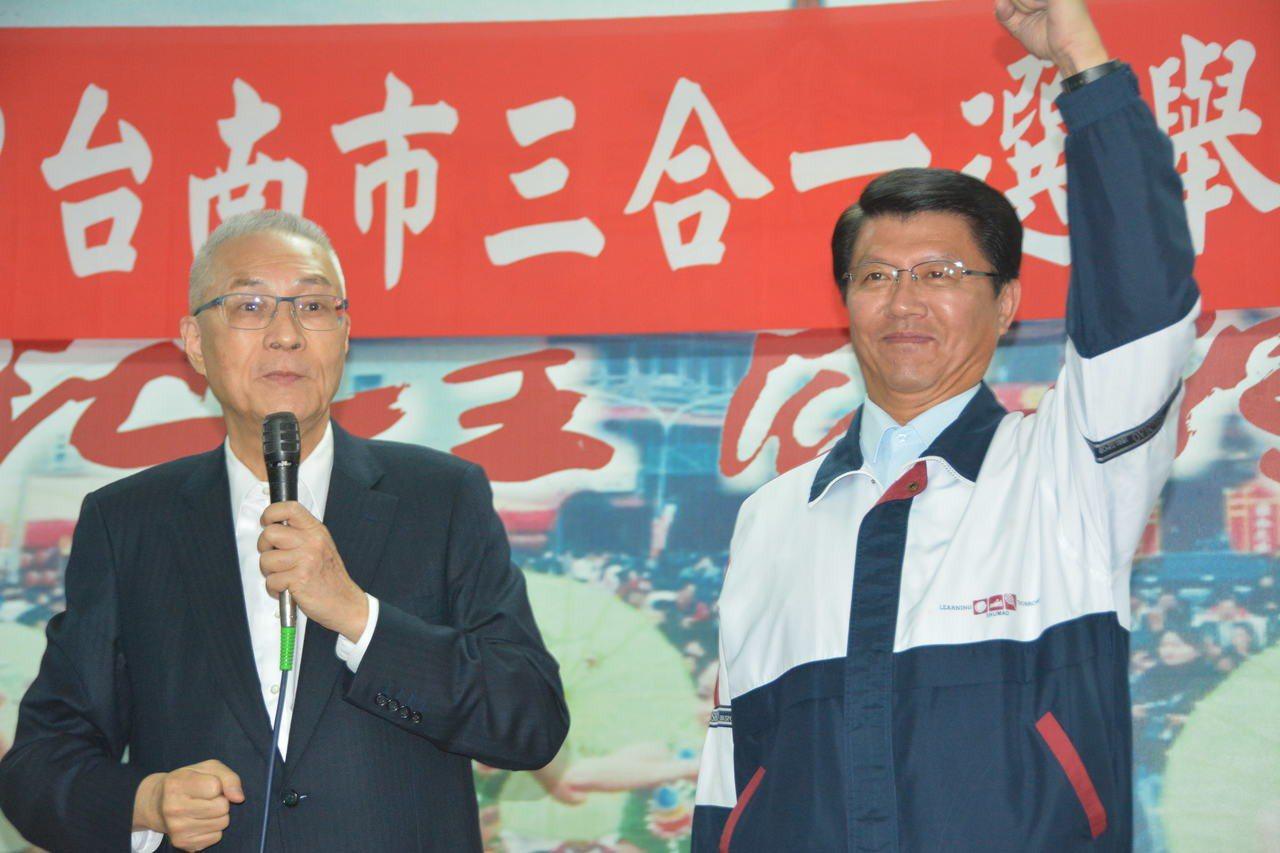 國民黨主席吳敦義(左)日前出席台南市黨部感恩茶會,為國民黨徵召的台南市第二選區立...
