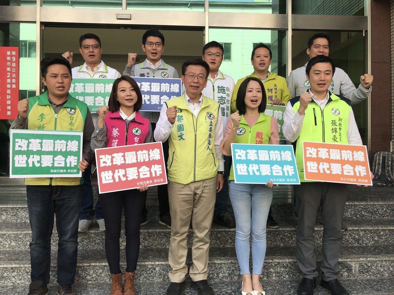 台南市立委補選參選人郭國文(前排中)表示,選區這麼大,很難面面俱到只能盡力而為。...