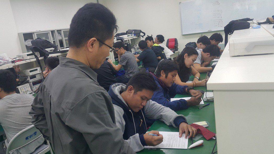 印尼學生到弘光科大當交換生就讀生物醫學工程系。 弘光科大/提供。