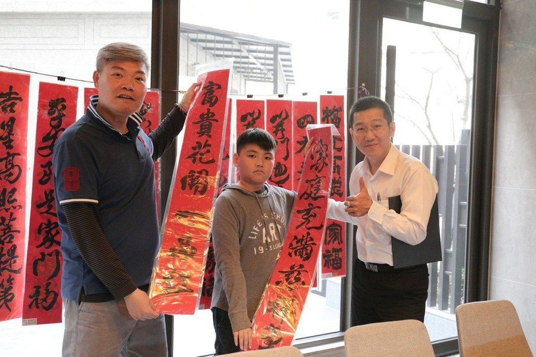 已購客戶陳先生(左)說,還是手寫春聯有溫度。 攝影/張世雅