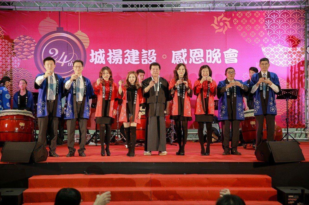 城揚建設集團董事長楊振宗(中)及主管們以和服裝扮,感謝所有員工努力及協力廠商支持...