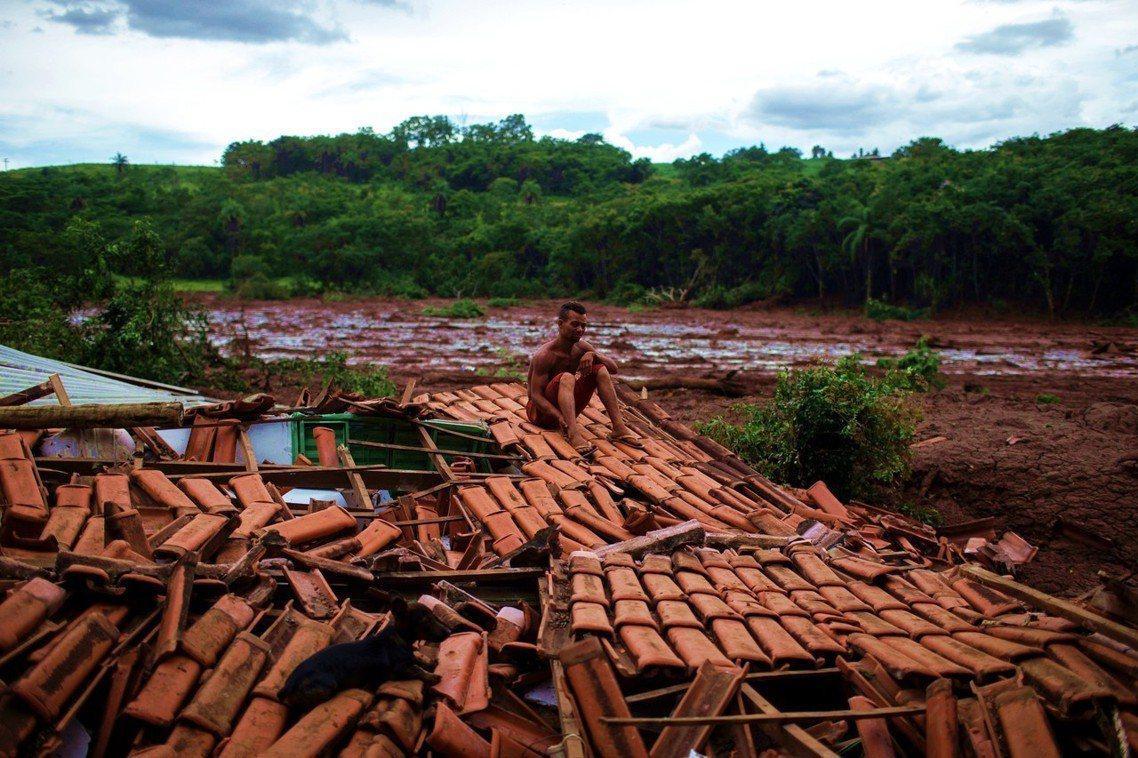 巴西的礦區水壩崩潰決堤,截至目前為止,潰堤泥流已造成58人死亡、超過300人失蹤...