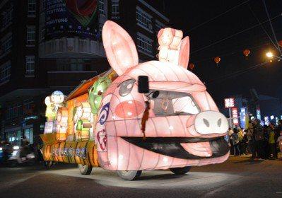 為迎接台灣燈會,屏東縣政府日前舉辦33鄉鎮花車中區大遊行,沿途吸引諸多鄉親。圖/...