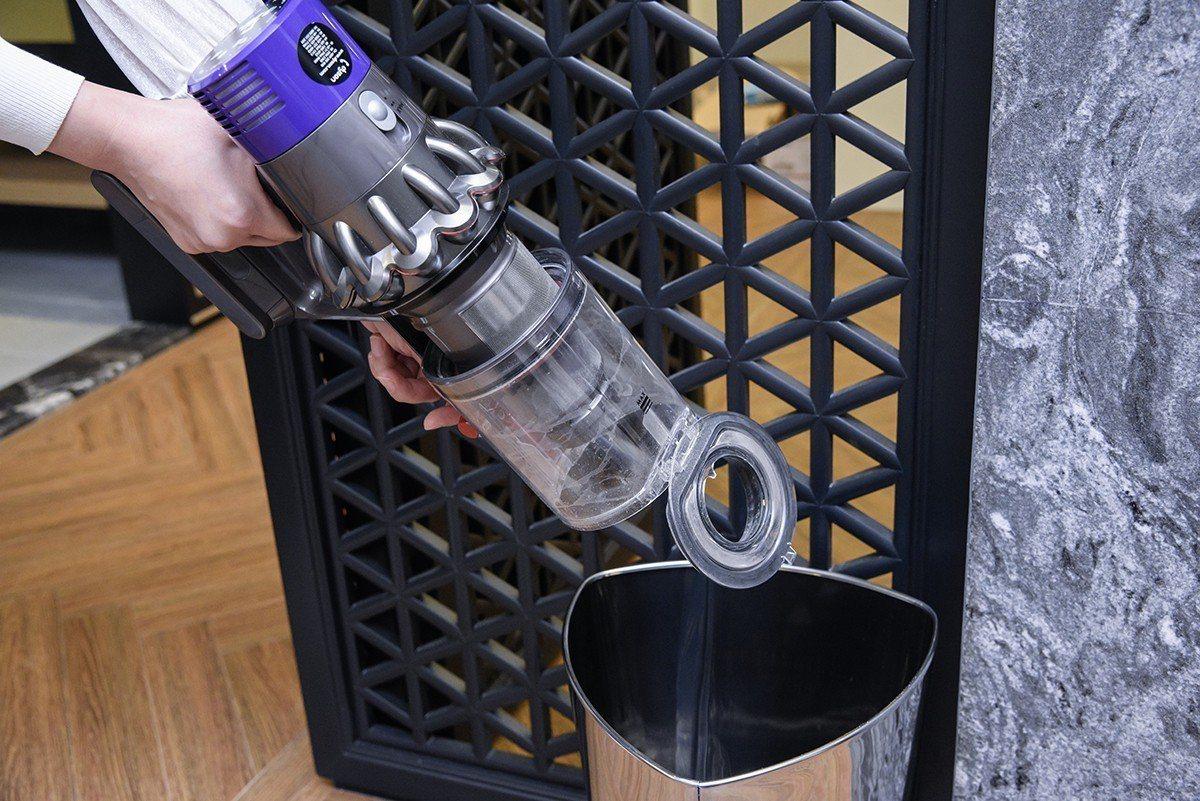 只要一個按鍵,集塵桶即一鍵彈出,塵垢碎屑全部推入垃圾桶。陳宏佳/攝影