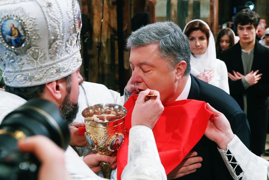 「柔軟」的身段與立場,懂得「喚起」烏克蘭民族愛國心,波羅申科在政權不斷交替的烏克...