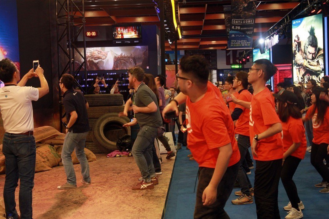 Ubisoft全體工作人員與遊戲製作人用大螢幕跳《舞力全開》,在一片結尾的氣氛中...