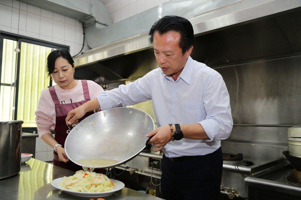 翁章梁現場炒了一盤高麗菜為孩童們加菜,希望能讓孩童們在寒冷的冬天也能感受到年節的...