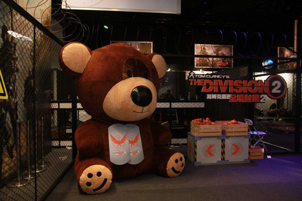 大型的泰迪熊湯米,旁邊終於都沒人了。
