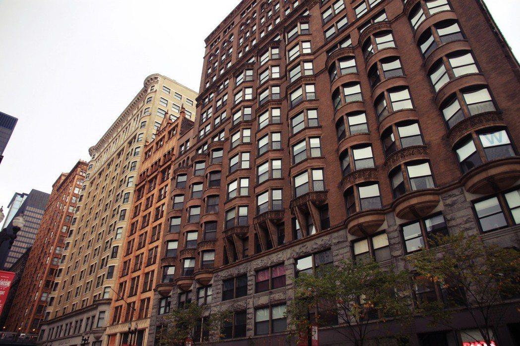 在芝加哥Dearborn Street歷史街區裡,一排保存完好的早期摩天大樓,都...