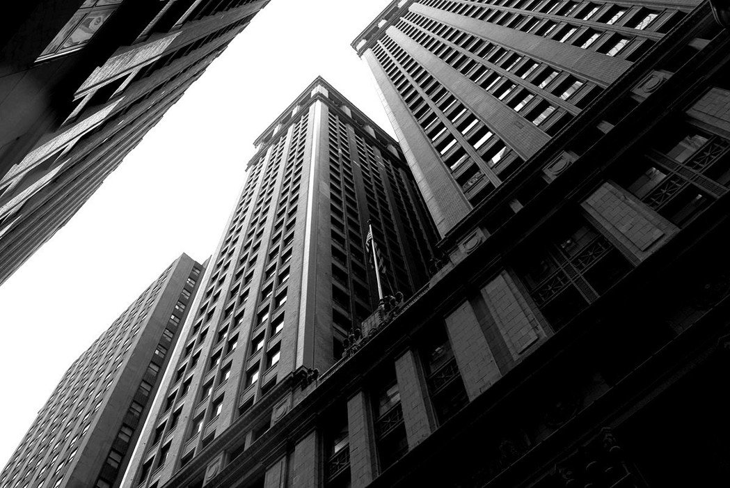 「公平大樓」由人行道邊硬是垂直上升164公尺,像一堵巨牆一般,在周邊的其他大樓以...