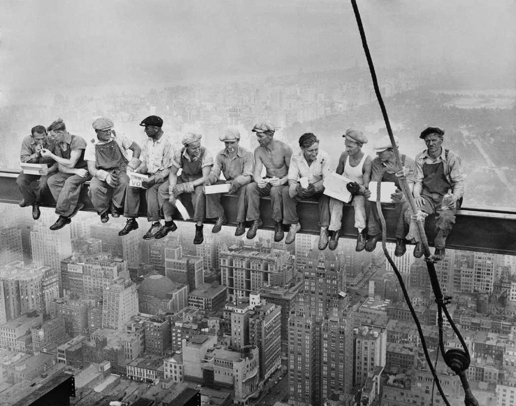 摩天大樓於紐約曼哈頓的驚人發展,可說見證了美國——或說美國代表的現代資本主義社會...