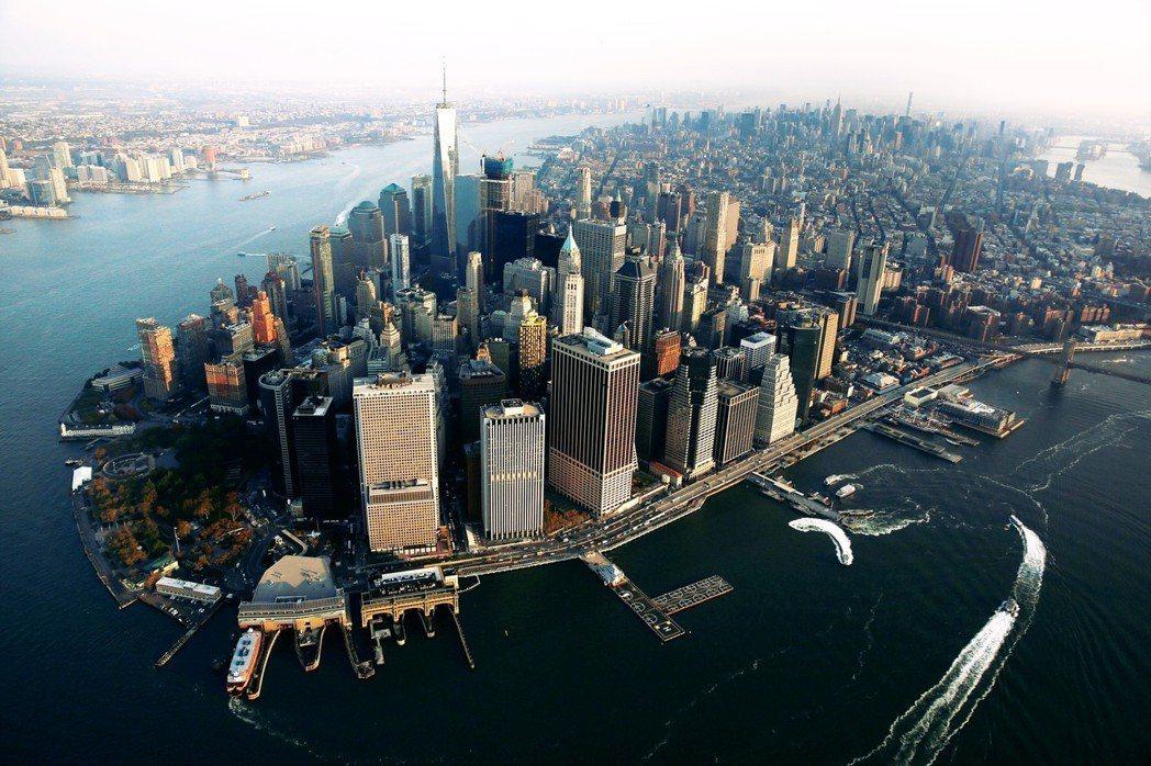「高,還要再更高。」紐約在19、20世紀之交成為天際線霸主。圖為俯瞰紐約曼哈頓島...
