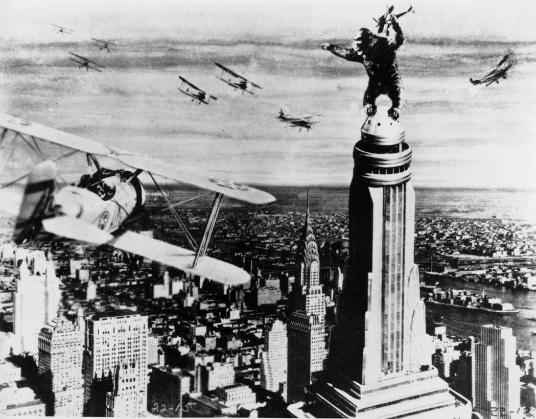 「我們的文明正在完美地進展...我們必須持續建造,而且是向上建造。」摩天大樓背後...