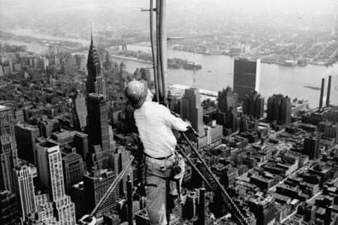摩天大樓像巴別塔一般,宣示著一種矇著眼、往上衝,以實務作為藉口,暗藏著征服的慾望...