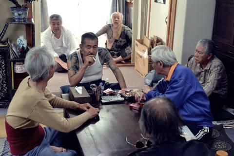 日本2016年約有22萬多人被起訴,其中高齡者佔了近21%。高齡者觸犯刑法的人數...