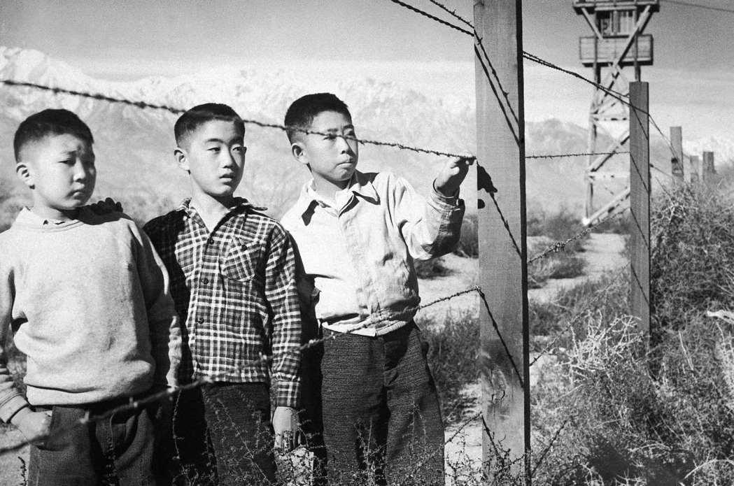 美國政府擔心日裔美國人有機會成為日本的間諜,遂以國防安全之名,將近14萬的日本移...