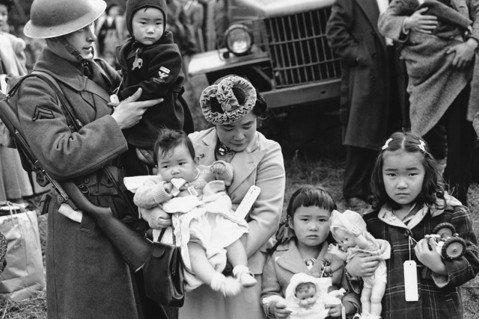 日本移民與日裔美國人被迫離開自己的家園、放棄財產,而且這當中有將近三分之二的人是...