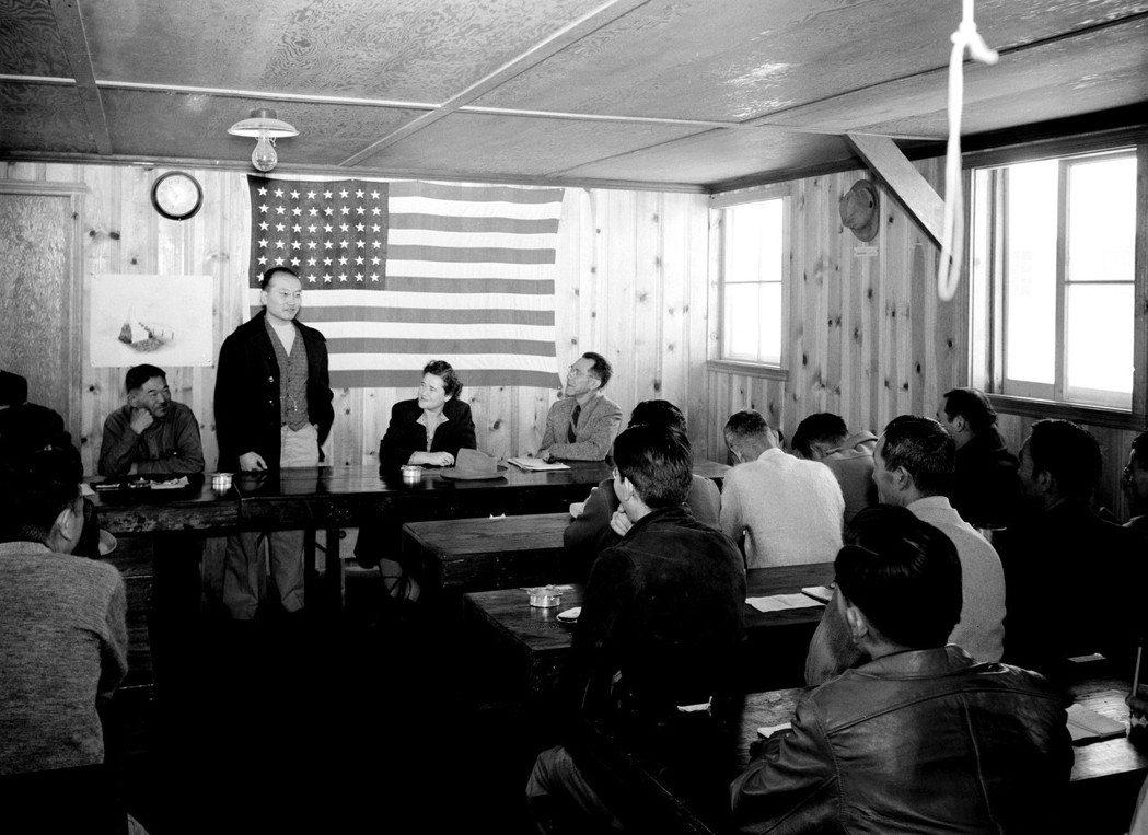 WRA便以戰爭的考量給予這些日裔美國人進行一份「忠誠問卷」,以測試日裔美國人究竟...