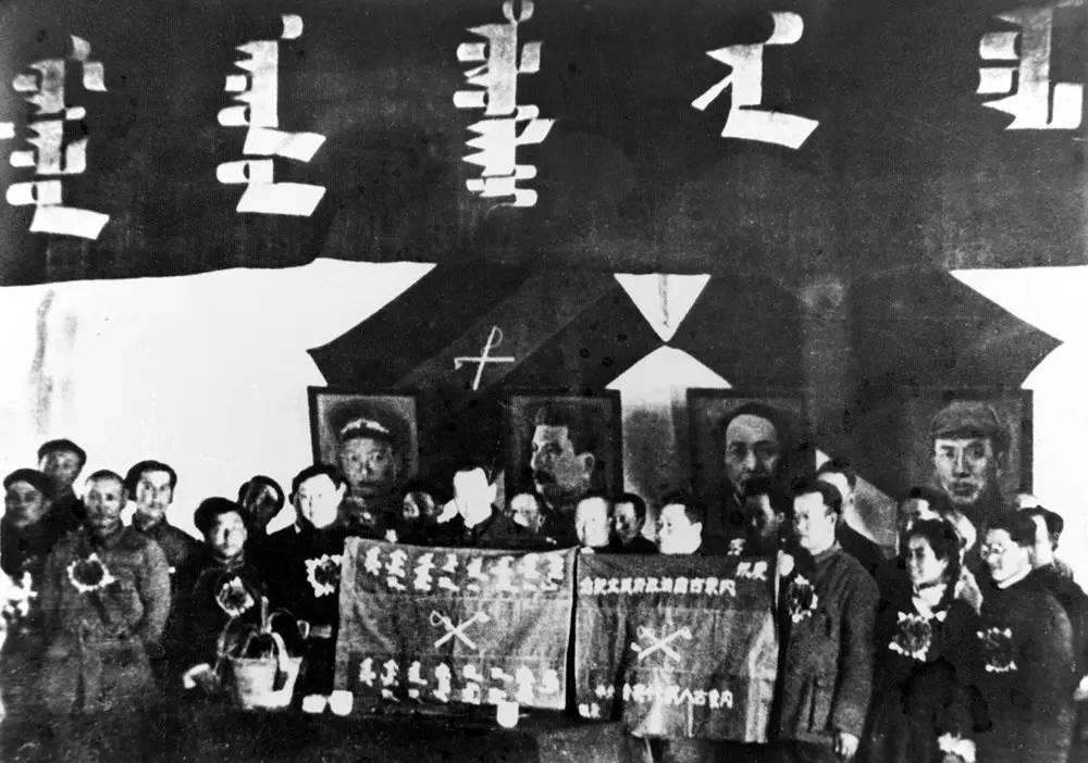 「內蒙古解決的辦法是:在喇嘛廟附近辦學校,提倡小喇嘛念書,並吸收青壯年喇嘛參加各...