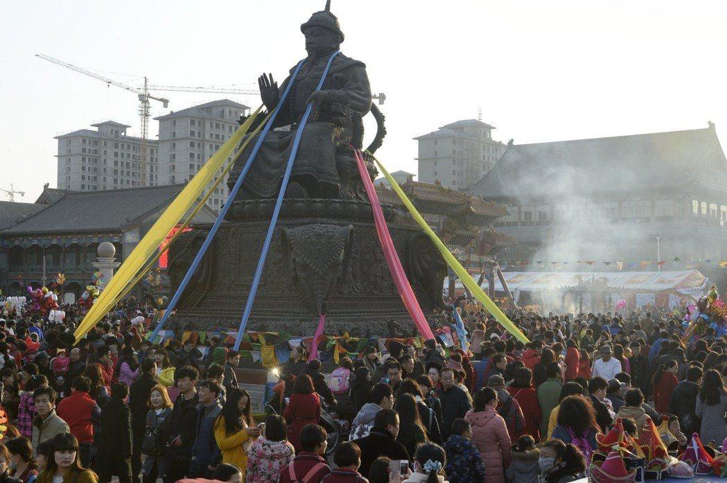 阿拉坦汗不但改變了傳統蒙古政權「政道二教」平行不干涉的傳統,也讓藏傳佛教自16世...