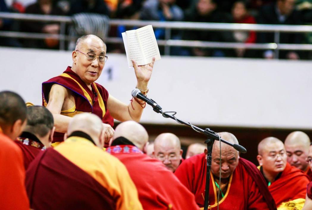 蒙古人民共和國建立後,開始打壓藏傳佛教,直到1990年代才解禁。傳統上,達賴喇嘛...