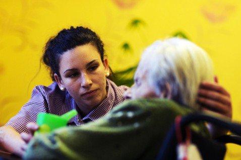 當德國老了,誰來照顧?長照問題在德國幾乎已是社會危機。圖為德國一間老人安養中心。...