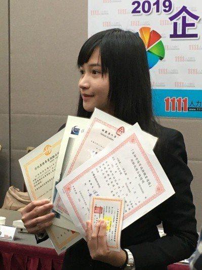 大學畢業前就已獲業界青睞,江小妮展示自己的金融與資訊管理證照。(photo by...