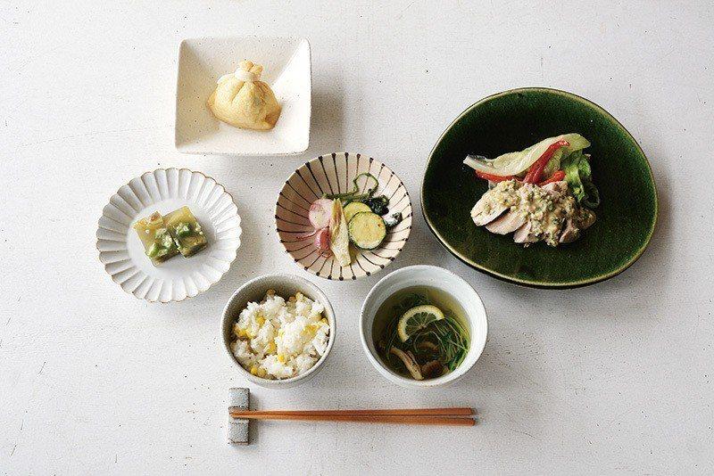 meal A¥1800/Meals所提供餐點,暖身家庭料理與餐具營造出療癒感。